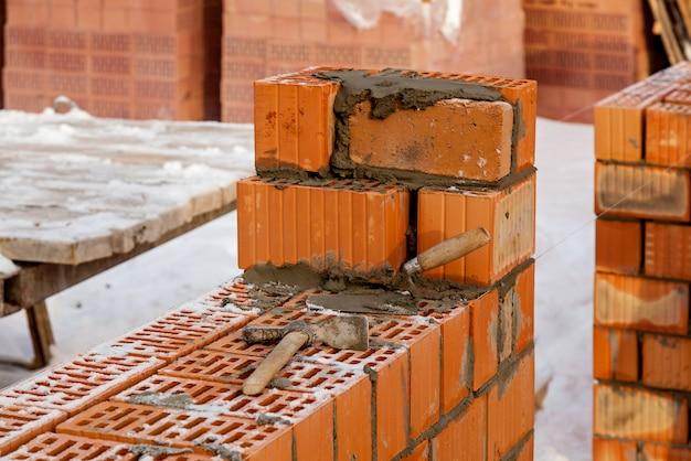 Gros plan sur la maçonnerie. maison de brique d'une brique rouge, construction de zone de construction de bâtiments résidentiels à plusieurs étages