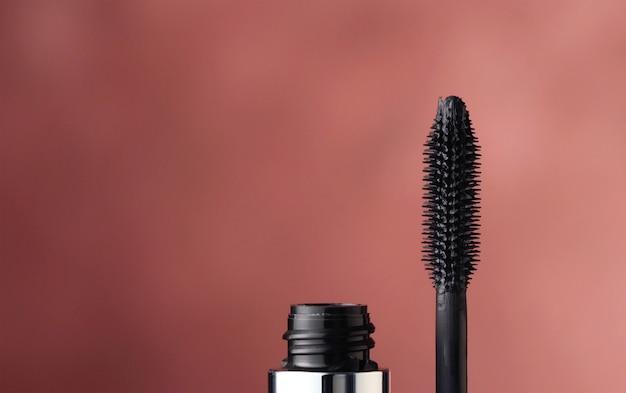 Gros plan sur une macro de brosse à mascara noir
