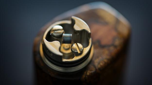 Gros plan, macro shot d'une seule micro-bobine après un test de gravure dans un atomiseur à gouttes reconstructible haut de gamme pour chasseur de saveurs, dispositif de vapotage