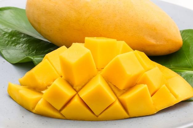 Gros plan macro shot de tailler de belles mangues jaunes avec du riz gluant