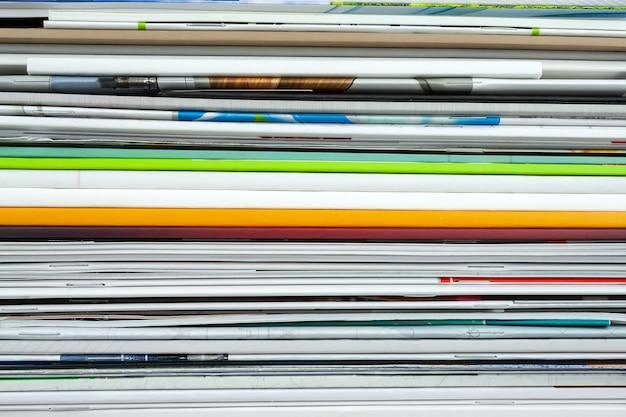 Gros plan des magazines empilés