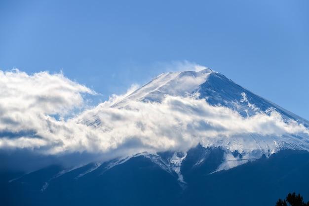 Gros plan sur la magnifique montagne fuji recouverte de neige