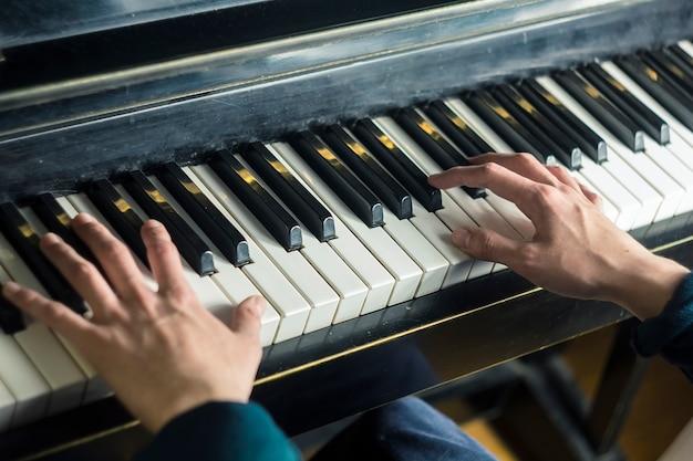 Gros plan de la main d'un artiste de musique jouant du piano.