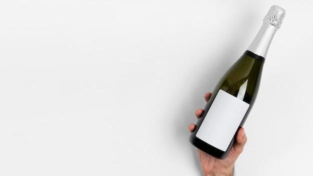 Gros plan main avec bouteille et copie-espace