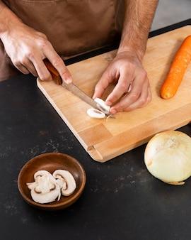 Gros plan de la main avec un couteau