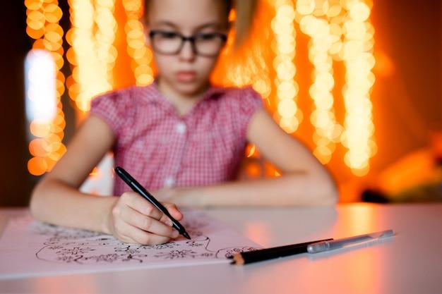 Gros plan, main, crayon, dessiner, noël, images thème de la nouvelle année