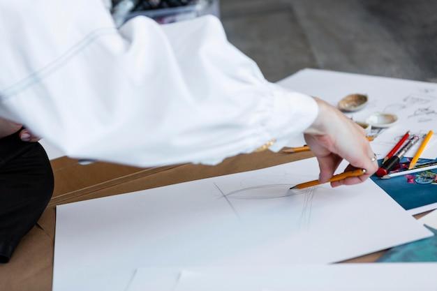 Gros Plan De La Main Avec Un Crayon Photo gratuit