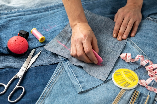 Gros plan main dessin morceau de jeans