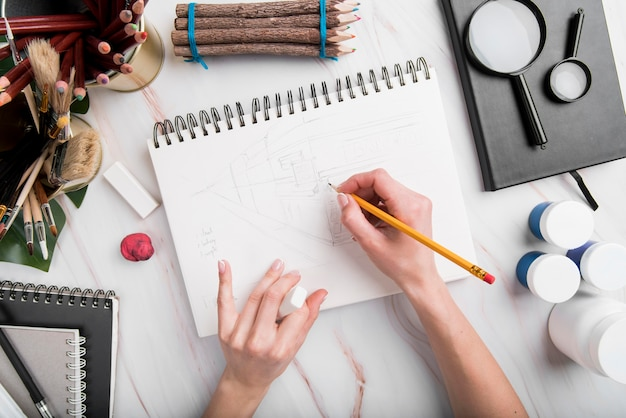 Gros plan, main, dessin, papier