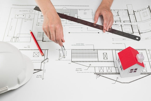 Gros plan, de, main, dessiner, sur, blueprint, au bureau