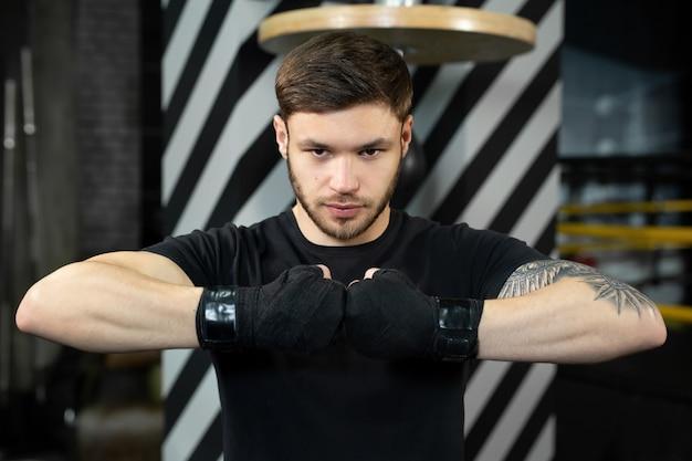 Le gros plan de la main du boxeur est prêt à se battre.