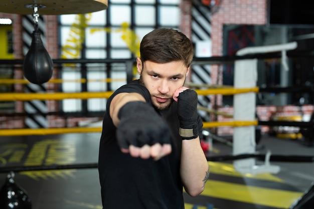 Gros plan sur la main du boxeur prêt à se battre. le concept. mains fortes et poings serrés