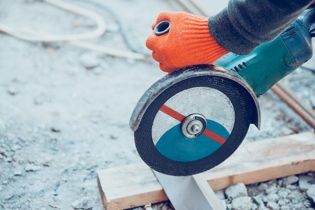 Gros plan de la main du réparateur, constructeur professionnel travaillant à l'intérieur, réparation