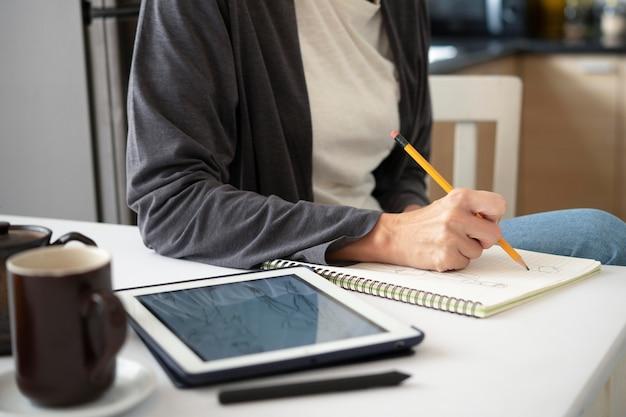 Gros plan main écrit avec un crayon