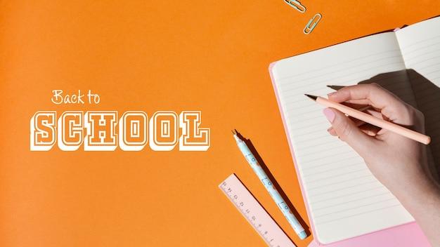 Gros plan main écrit dans le cahier