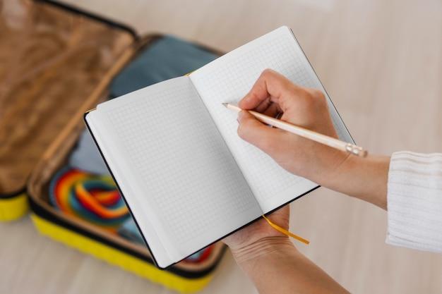 Gros plan main écrit sur ordinateur portable