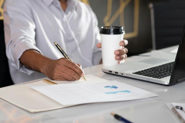 Gros plan main écrit sur papier