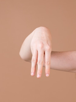Gros plan d'une main enseignant la langue des signes