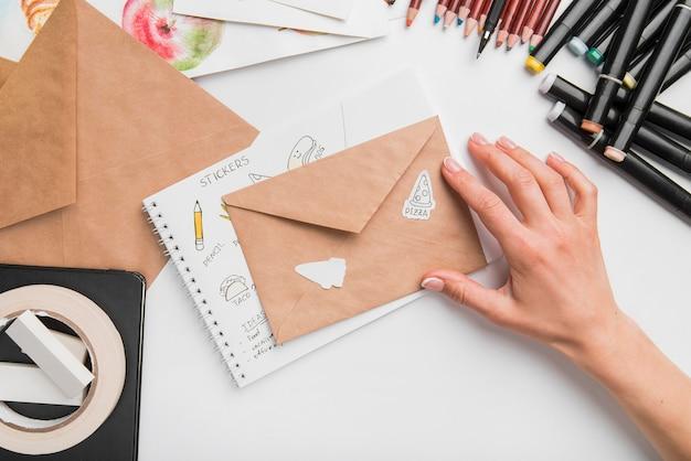 Gros plan main avec enveloppe