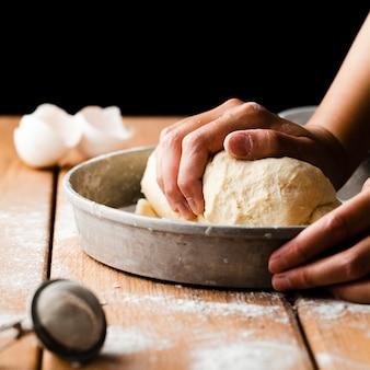 Gros plan, main, fabrication, pâte