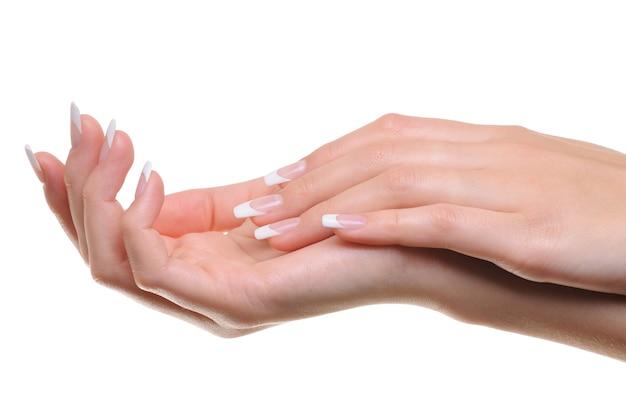 Gros plan d'une main féminine bien entretenue