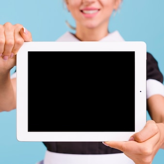 Gros plan, de, main féminine, tenue, tablette numérique
