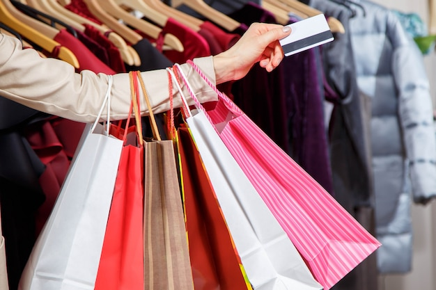 Gros plan, main femme, beaucoup, sacs provisions, et, carte de crédit