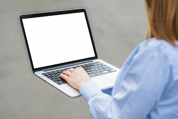 Gros plan, main femme, dactylographie, clavier ordinateur portable