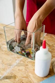 Gros plan, main, femme, dissoudre, morceaux, papier, eau