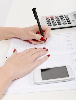 Gros plan, main femme, écriture, sur, organisateur