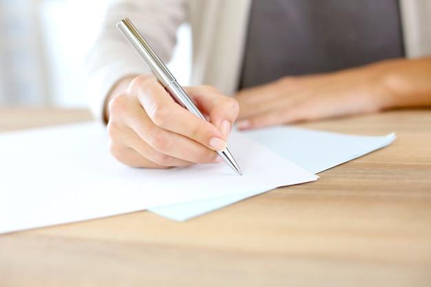 Gros plan, main femme, écriture, papier
