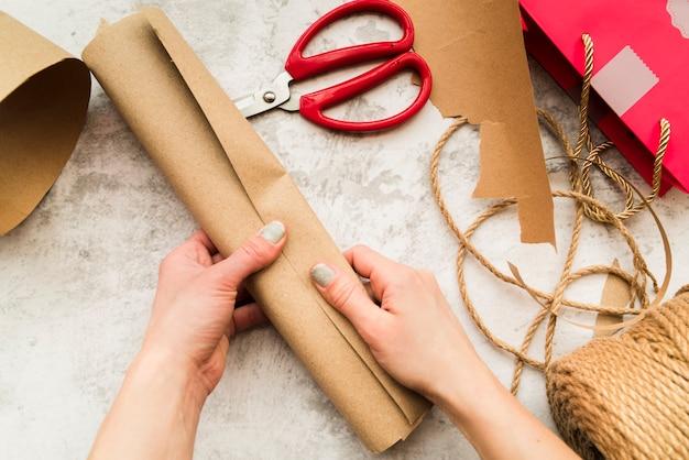 Gros plan, de, main femme, tenue, roulé, papier brun