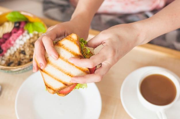 Gros plan, de, main femme, tenue, sandwich