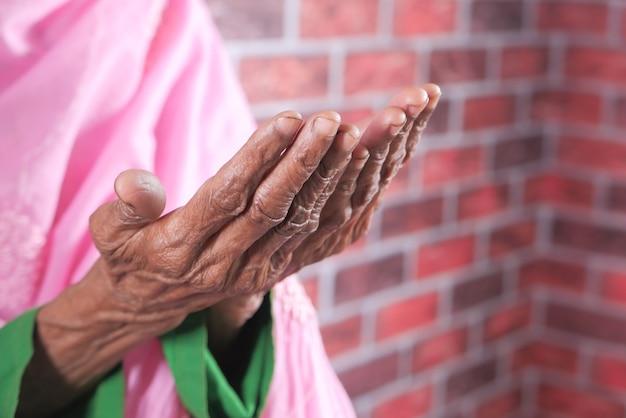 Gros Plan De La Main Des Femmes âgées Priant Au Ramadan Photo Premium