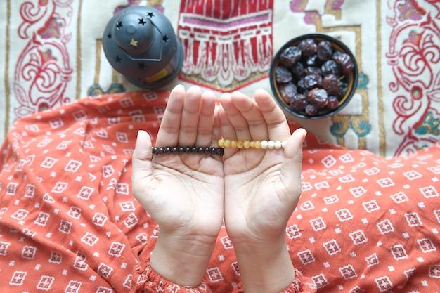 Gros plan de la main de femmes musulmanes priant au ramadan