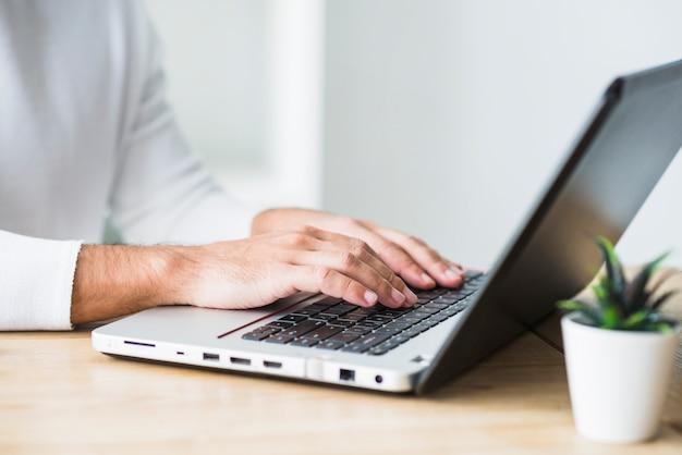 Gros plan, main, homme affaires, ordinateur portable