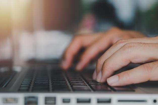 Gros plan de la main d'homme d'affaires en tapant un clavier d'ordinateur portable.travailler à l'aide d'un ordinateur, rechercher sur le web, en ligne, communiquer l'entreprise de technologie concept.