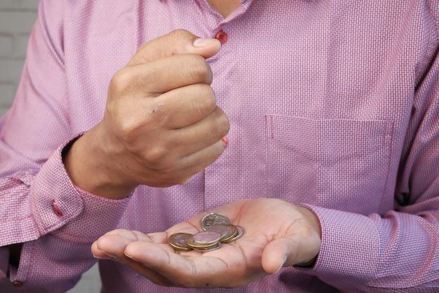 Gros plan de la main de l'homme compter les pièces