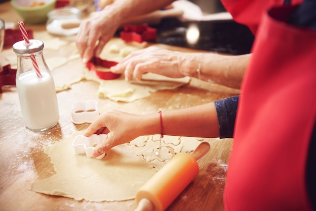 Gros plan de la main de l'homme couper les cookies