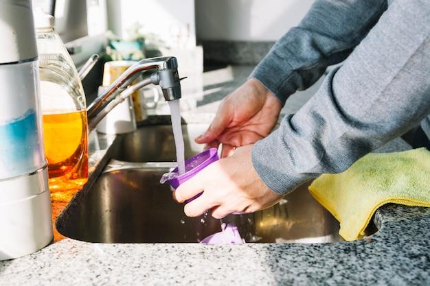 Gros plan, de, a, main homme, laver, récipient, dans, évier cuisine