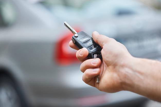 Gros plan de la main de l'homme tenant la clé de voiture