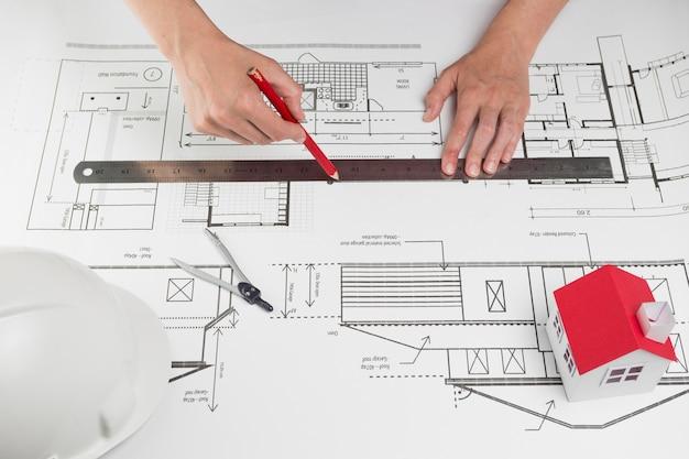 Gros plan, de, main humaine, traçant ligne, sur, blueprint