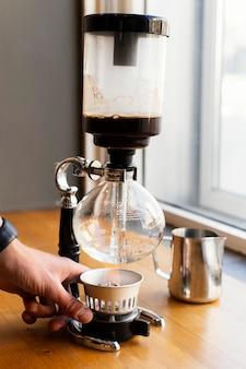 Gros plan main avec machine à café