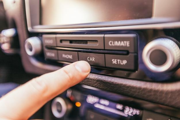 Gros plan d'une main masculine dans une voiture moderne