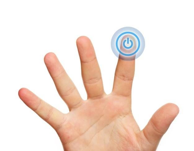 Un gros plan d'une main masculine touchant le bouton d'alimentation