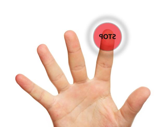 Un gros plan d'une main masculine touchant le bouton d'arrêt