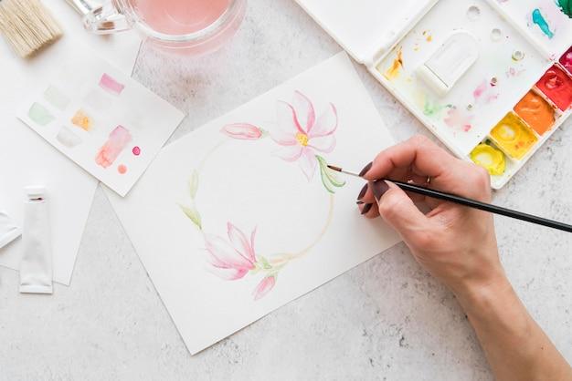 Gros plan, main, peinture, fleurs