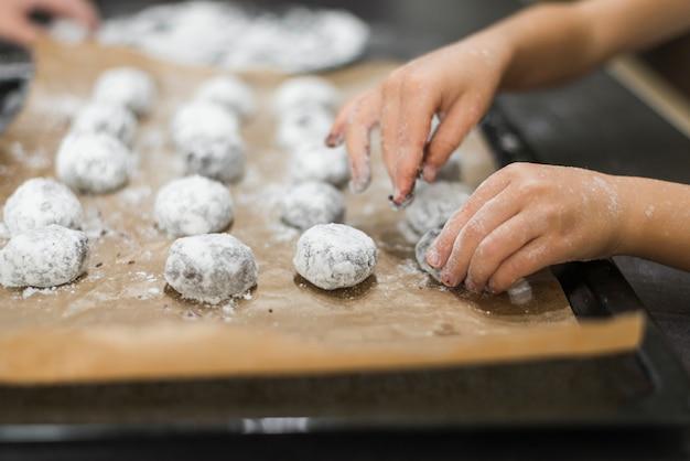 Gros plan, main, personne, préparer, biscuits