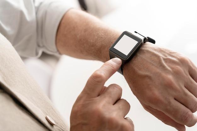 Gros plan de la main portant une montre intelligente