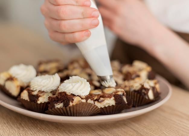 Gros plan main préparer le dessert